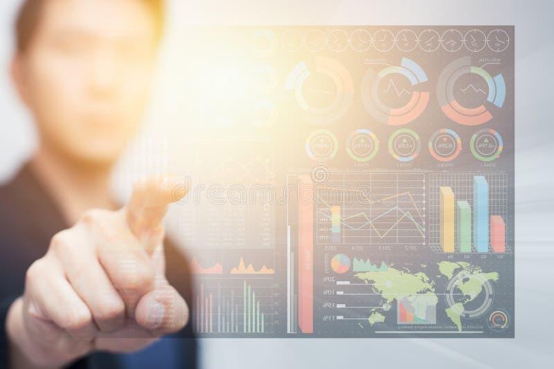 Biznesowy mężczyzna dotyka cyfrowych dane informaci cyberprzestrzeń obrazy stock