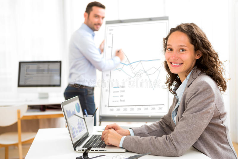 Biznesowy mężczyzna i kobieta analizuje stats podczas gdy robić wideo confere zdjęcie royalty free