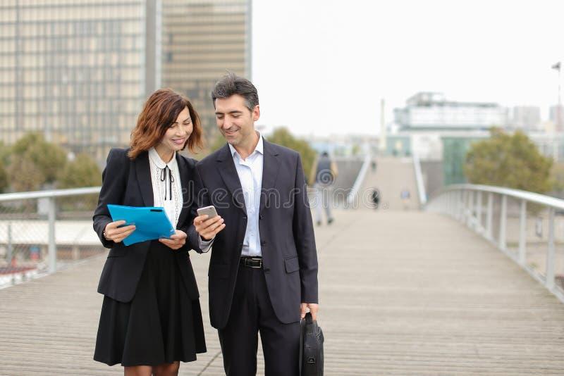 Biznesowy mężczyzna i kobieta ex - kolega z klasy przypadkowo spotykający na st zdjęcia stock