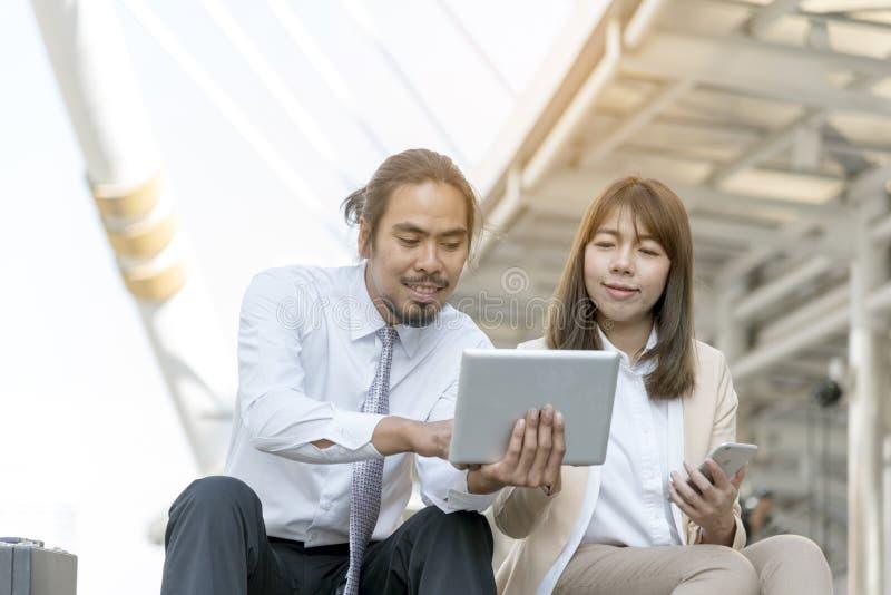 Biznesowy mężczyzna i kobieta pracujemy wpólnie Biznesów Drużynowi Korporacyjni Pracujący pojęcia obraz stock