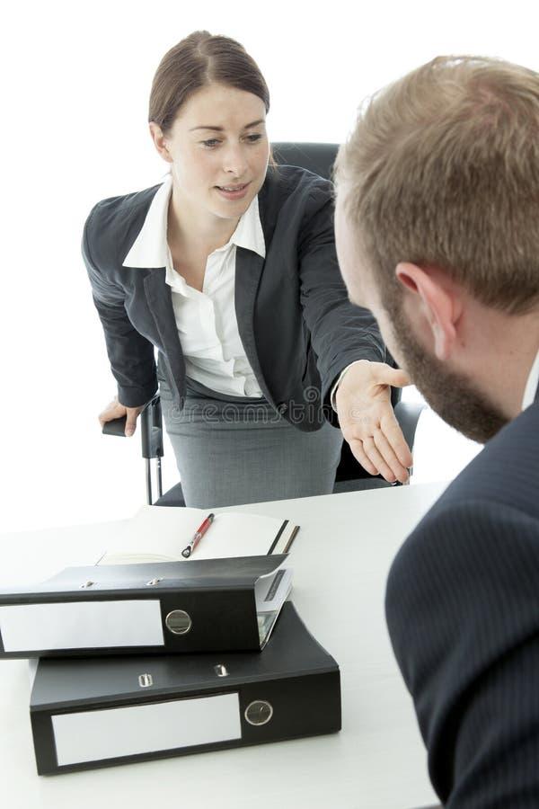 Biznesowy mężczyzna i kobieta pytać target666_0_ puszek zdjęcie stock