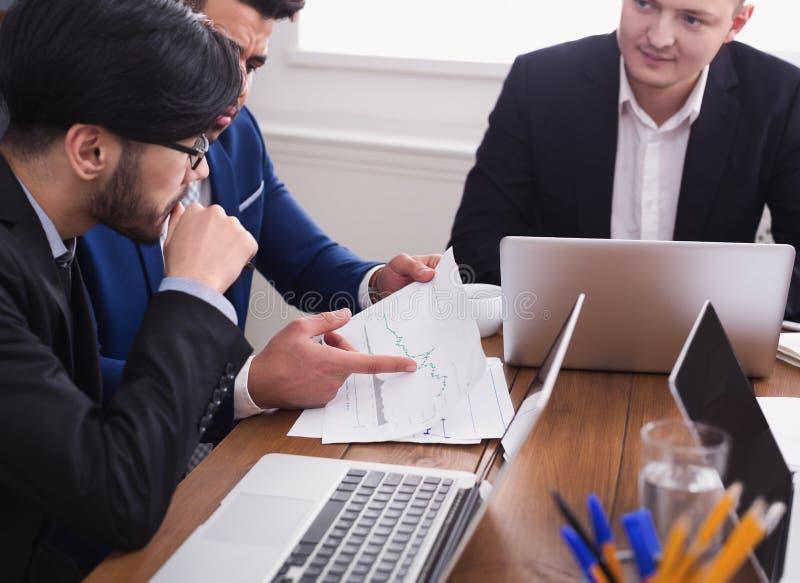 Biznesowy mężczyzna i partnery dyskutuje dokumenty w biurze zdjęcia stock