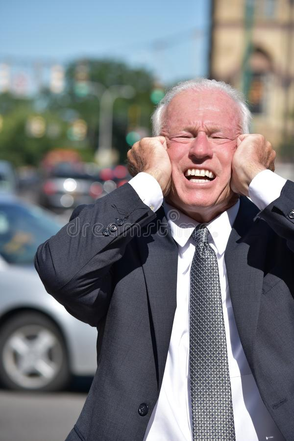 Biznesowy mężczyzna Jest ubranym kostiumu I krawata śródmieście Pod stresem zdjęcia stock