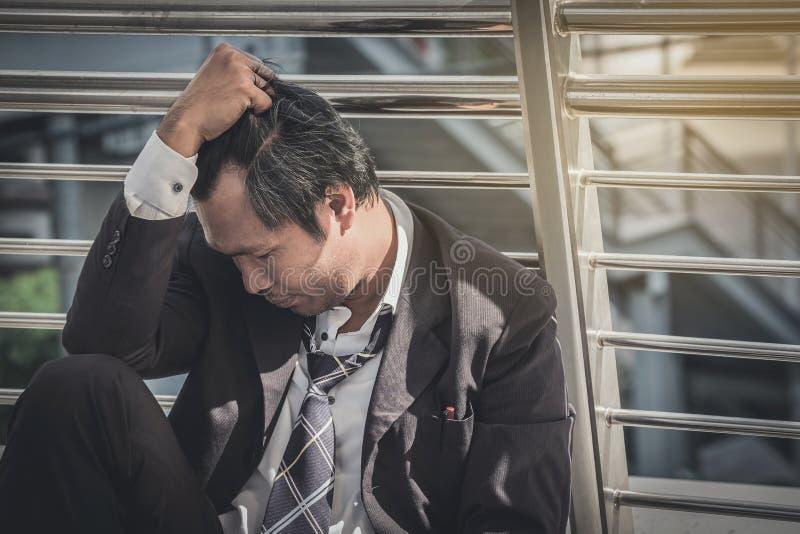 Biznesowy mężczyzna nie udać się czuć i dis beznadziejny, zrozpaczony, smutny, zdjęcie royalty free
