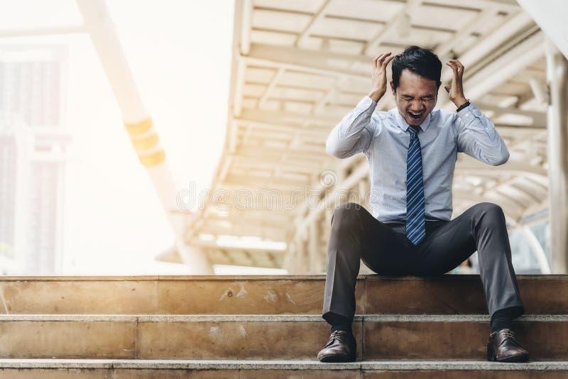 Biznesowy mężczyzna nie udać się czuć i dis beznadziejny, zrozpaczony, smutny, obraz royalty free