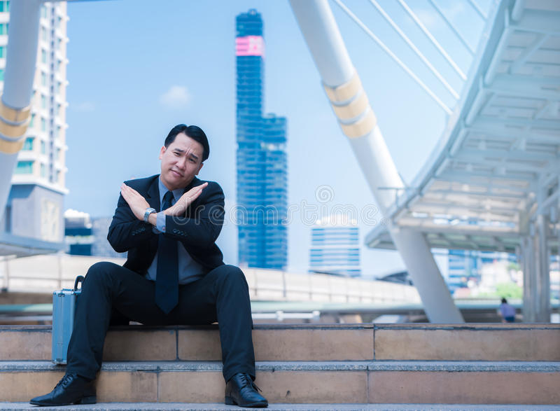 Biznesowy mężczyzna odmawia mówić nie z krzyżować ręk rękami i odwoływa pojęcie z miasta tłem zdjęcia royalty free