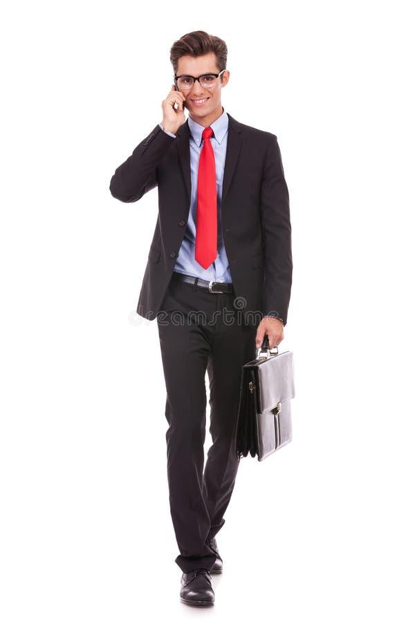 Biznesowy mężczyzna odprowadzenie i target1165_0_ na telefonie obrazy royalty free