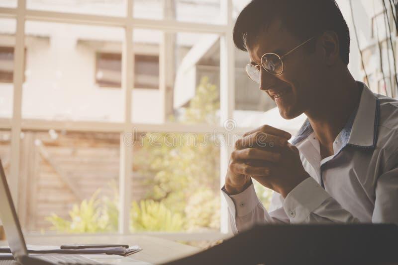 Biznesowy mężczyzna ono modli się i mieć_nadzieja na komputerowej informaci obrazy royalty free