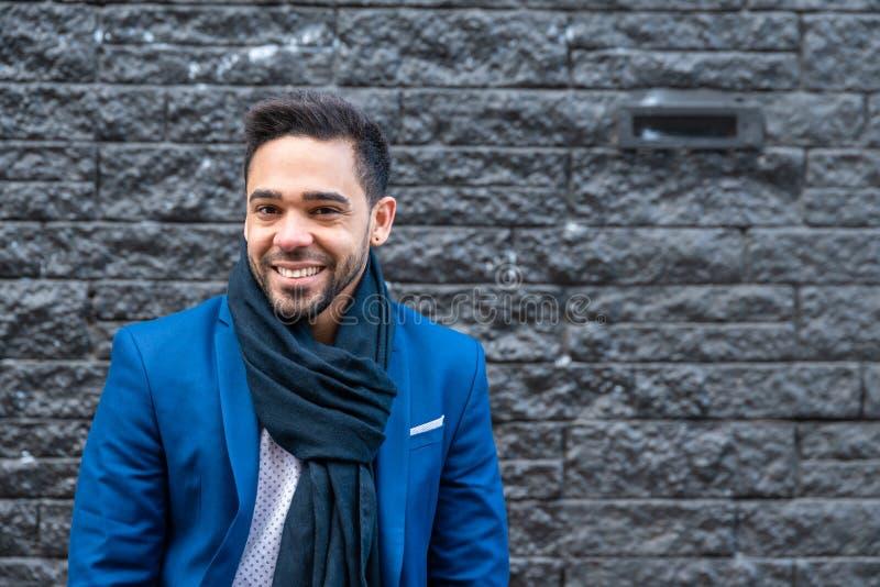 Biznesowy mężczyzna ono uśmiecha się outdoors na błękitnym kostiumu obrazy stock