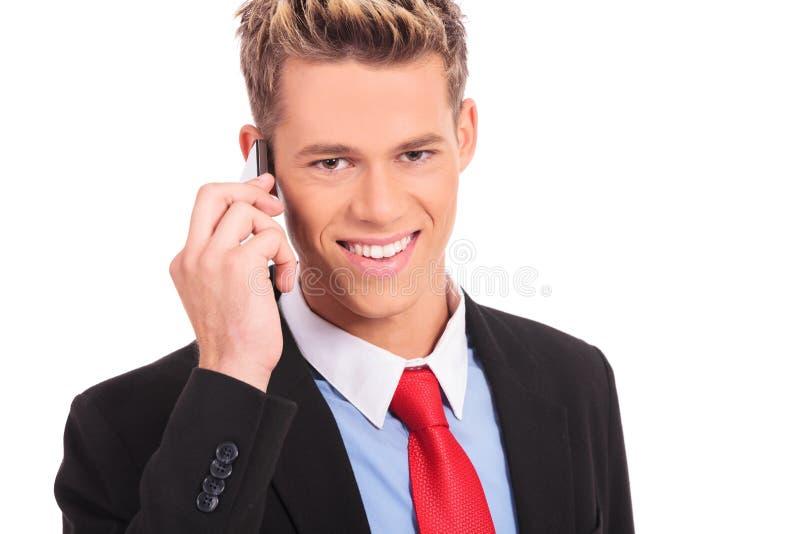 Biznesowy mężczyzna opowiada na telefon komórkowy obraz royalty free