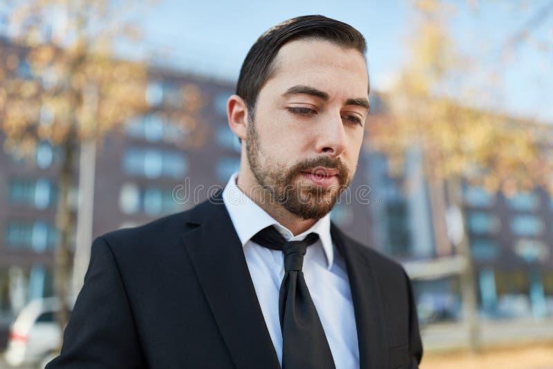 Biznesowy mężczyzna patrzeje sfrustowanym i zmęczonym zdjęcia stock