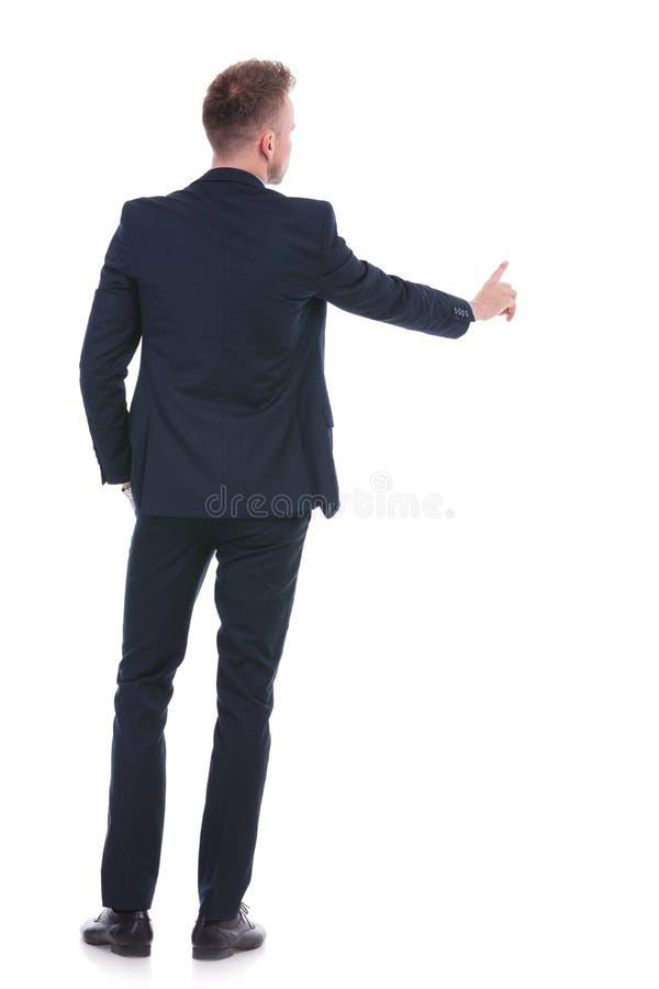 Biznesowy mężczyzna pcha fictive guzika obraz stock