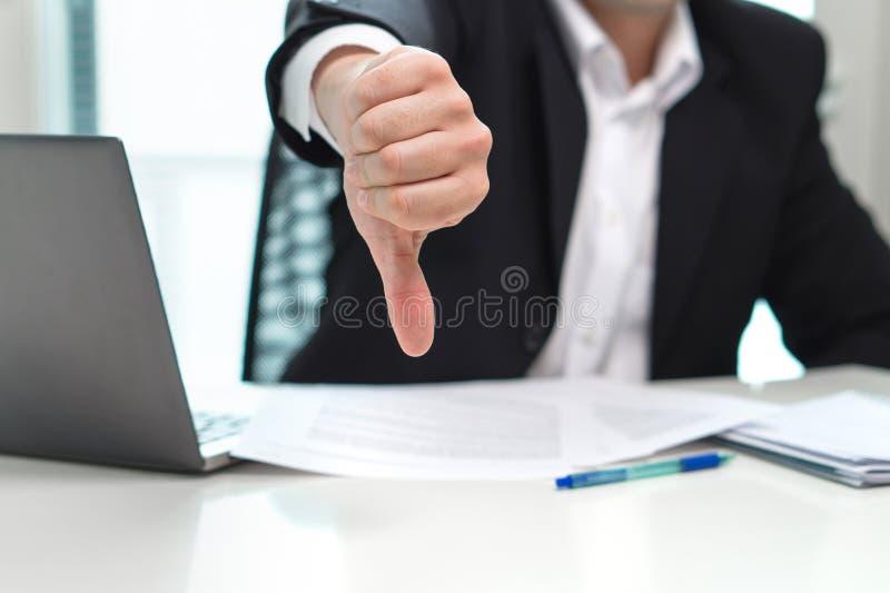 Biznesowy mężczyzna pokazuje kciuki zestrzela obraz stock