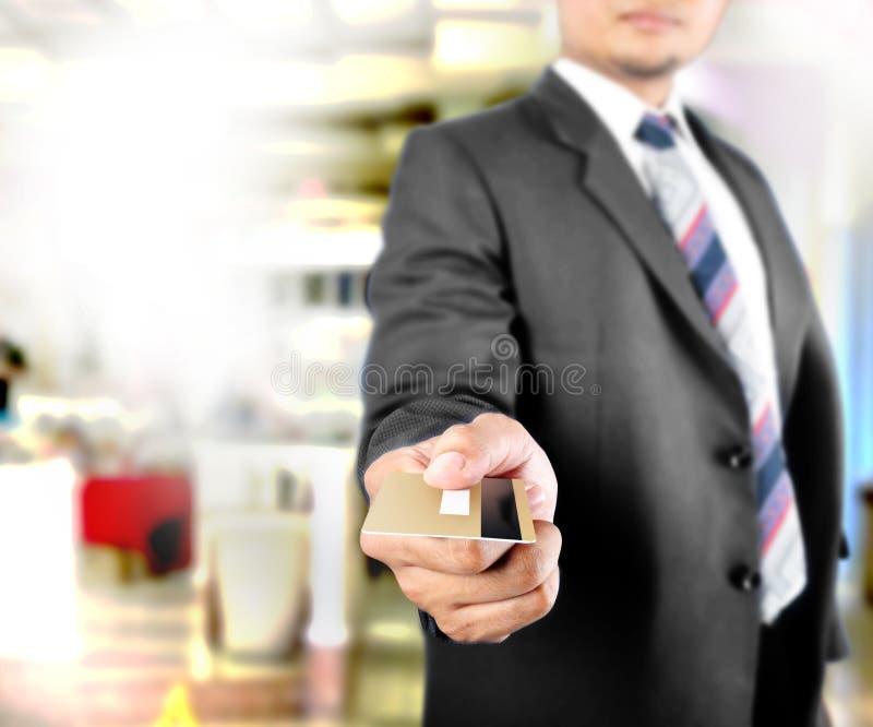 Download Biznesowy Mężczyzna Pokazuje Kredytową Kartę Zdjęcie Stock - Obraz złożonej z bank, biznes: 28965364