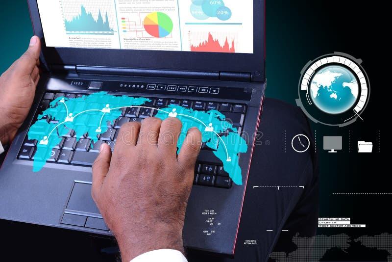 Biznesowy mężczyzna pokazuje pieniężnego raport zdjęcia stock