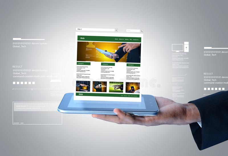 Biznesowy mężczyzna pokazuje stronę internetową na pastylka komputerze zdjęcie stock