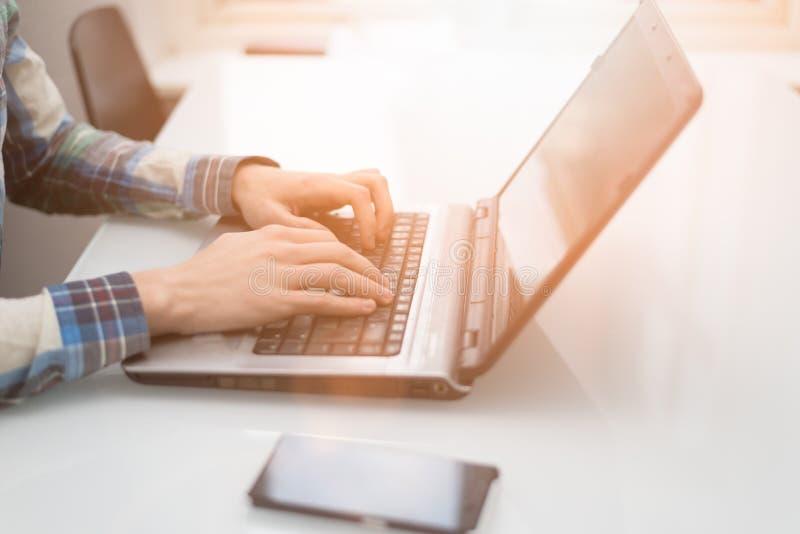 Biznesowy mężczyzna pracuje na telefonie i laptopie zdjęcie royalty free