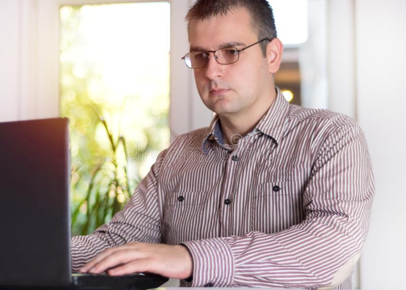 Biznesowy mężczyzna pracuje przy biurem z laptopem obraz stock