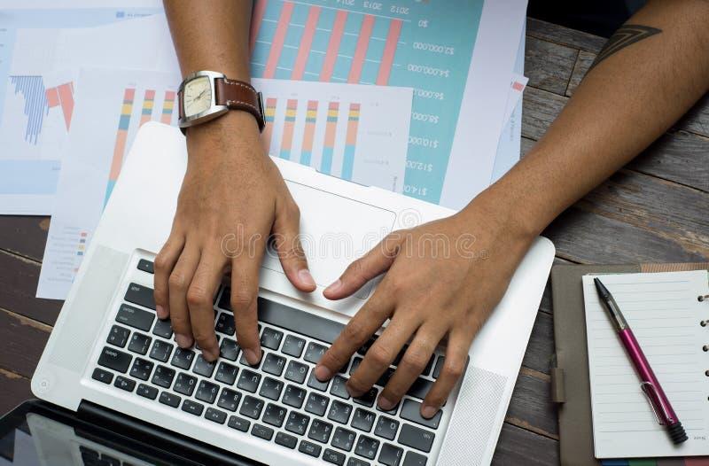 Biznesowy mężczyzna pracuje przy biurem z laptopem i dokumentami na jego fotografia stock