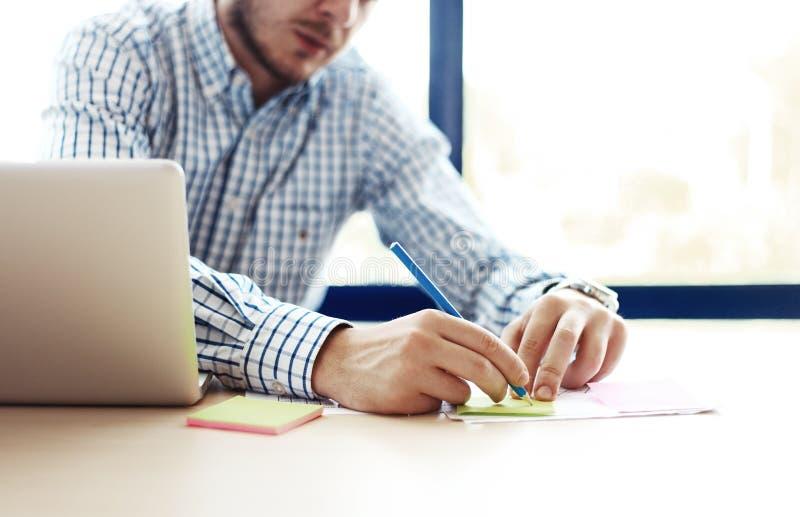 Biznesowy mężczyzna pracuje przy biurem z laptopem i dokumentami na jego biurku fotografia royalty free