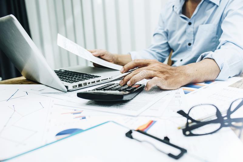 Biznesowy mężczyzna pracuje w biurze organizatorska praca obraz stock