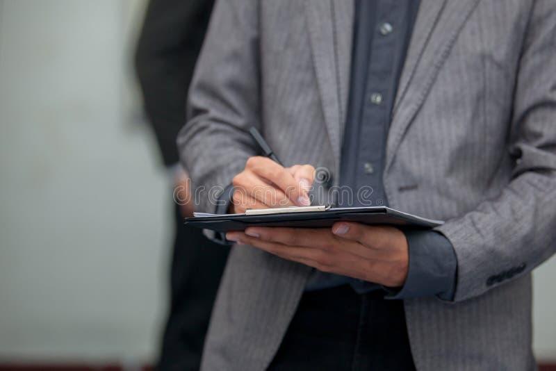 Biznesowy mężczyzna pracuje z cyfrową pastylką obraz stock