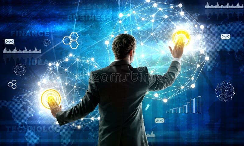 Biznesowy mężczyzna pracuje z cyfrowym wirtualnym ekranem obraz royalty free