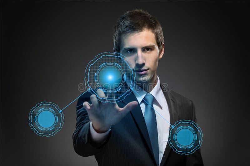 Biznesowy mężczyzna pracuje z nowożytną wirtualną technologią zdjęcie stock