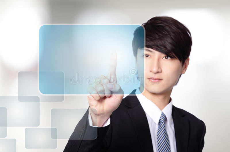Biznesowy mężczyzna pracuje z wirtualnym ekranem fotografia royalty free