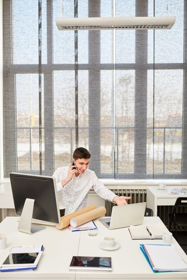 Biznesowy mężczyzna problem z laptopem zdjęcia royalty free