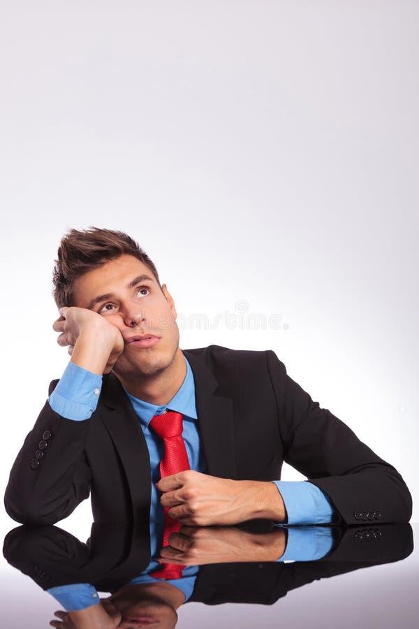 Biznesowy mężczyzna przy biurka marzyć zdjęcie royalty free
