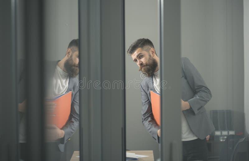 Biznesowy mężczyzna przyglądający przez szklanych drzwi w biurze out fotografia royalty free