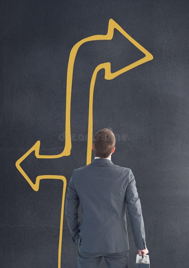 Biznesowy mężczyzna przyglądający up przeciw popielatemu tłu z żółtą strzała ilustracji
