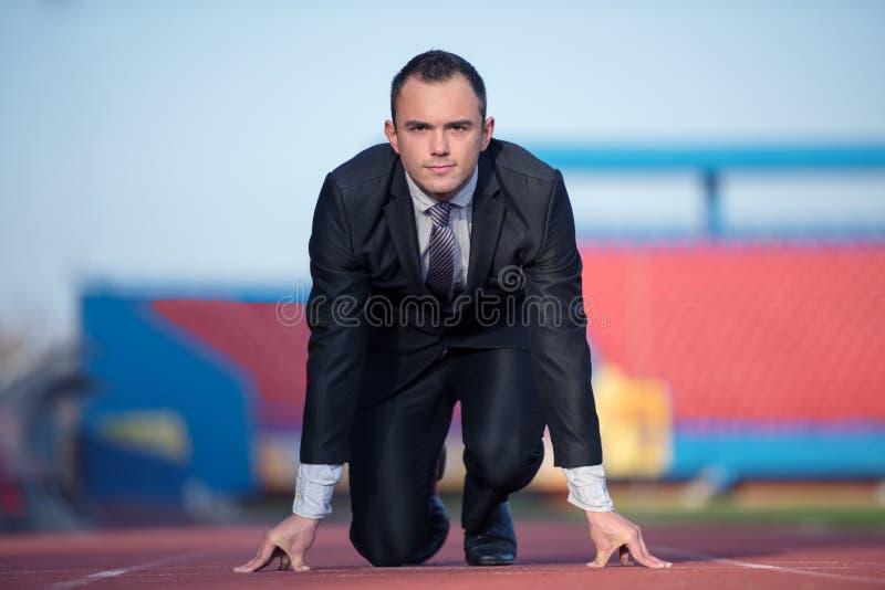 Biznesowy mężczyzna przygotowywający biec sprintem obrazy stock