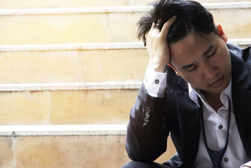 Biznesowy mężczyzna stresuje się z pracy na chodzącej ulicie zdjęcia stock