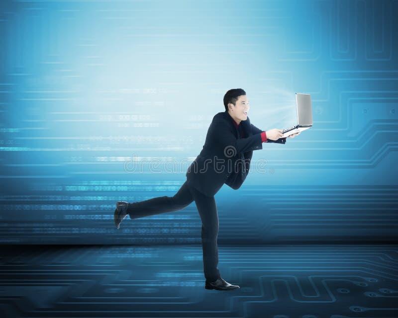 Biznesowy mężczyzna szybkiego interneta dostęp zdjęcie royalty free