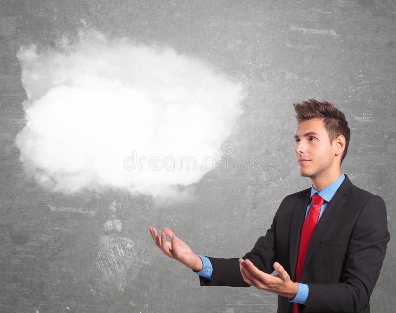 Biznesowy mężczyzna trzyma chmurę na jego ręki zdjęcie royalty free