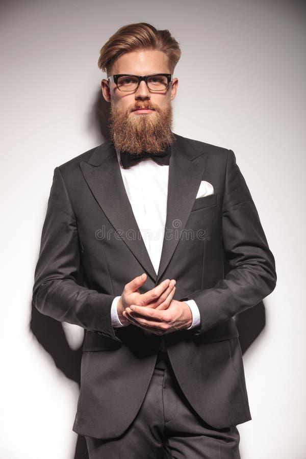 Biznesowy mężczyzna trzyma jego wręcza wpólnie obrazy stock