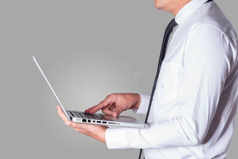 Biznesowy mężczyzna trzyma laptopu działanie zdjęcie stock