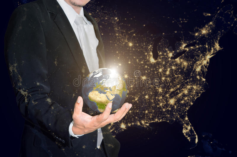 Biznesowy mężczyzna trzyma małego świat w jego rękach przeciw americ obraz stock
