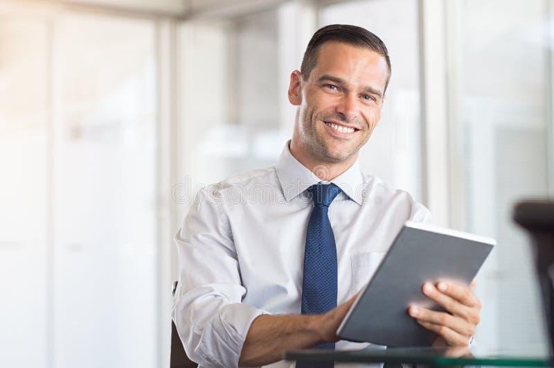 Biznesowy mężczyzna używa cyfrową pastylkę fotografia stock