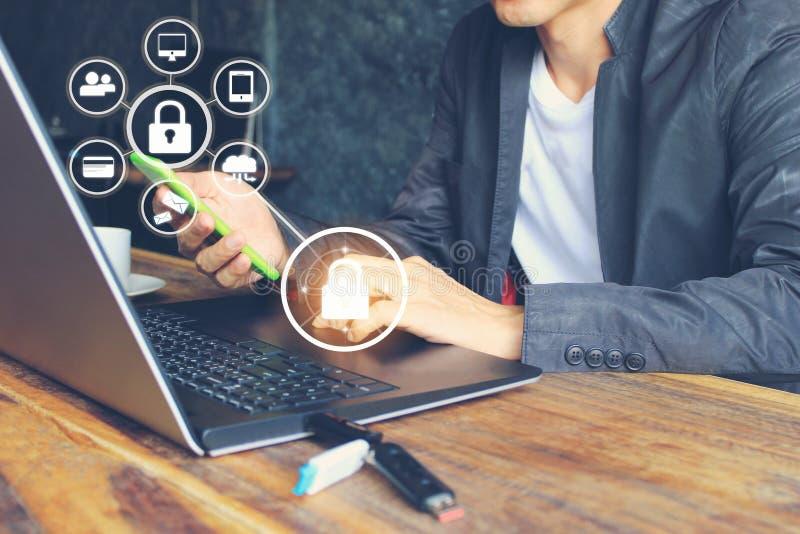 Biznesowy mężczyzna używa laptopu i ręki mienia mobilnego mądrze telefon z hologramem w ministerstwo spraw wewnętrznych, GDPR Cyb zdjęcia stock