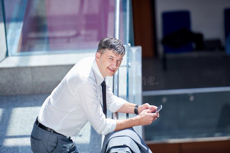 Biznesowy mężczyzna używa telefon zdjęcie royalty free