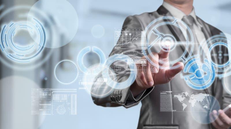 Biznesowy mężczyzna w błękitnym popielatym kostiumu używać cyfrowego pióro pracuje z di fotografia stock