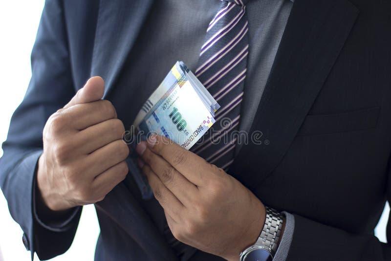 Biznesowy mężczyzna w kostiumu kryje 100 zeluje rachunki, Peruwiański waluty pojęcie obrazy stock