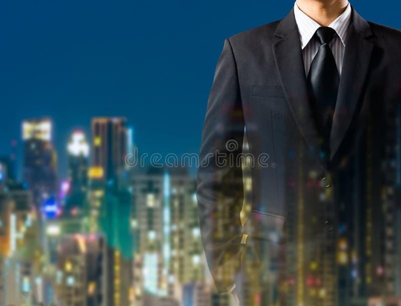 Biznesowy mężczyzna w kostiumu na miasta tle zdjęcia royalty free