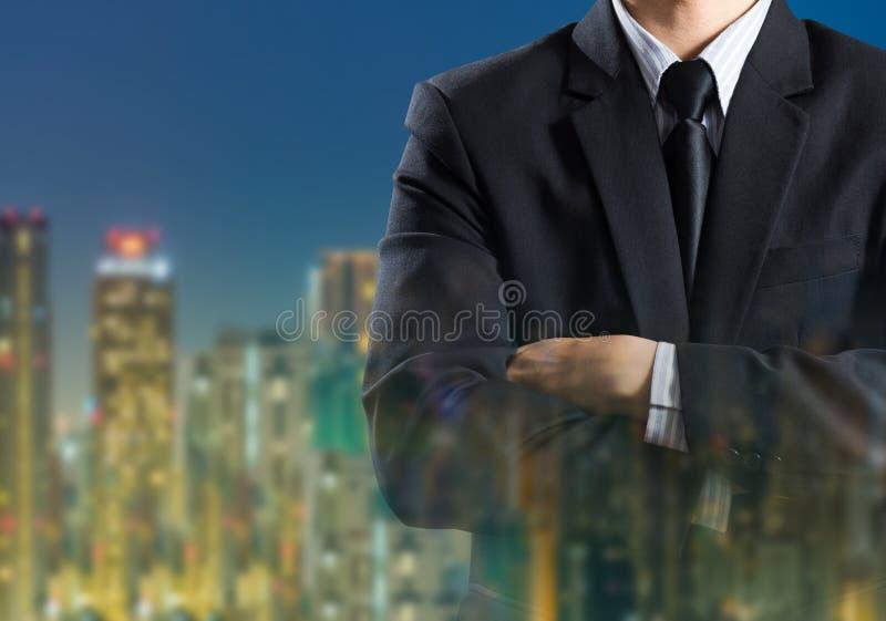 Biznesowy mężczyzna w kostiumu na miasta tle obrazy stock