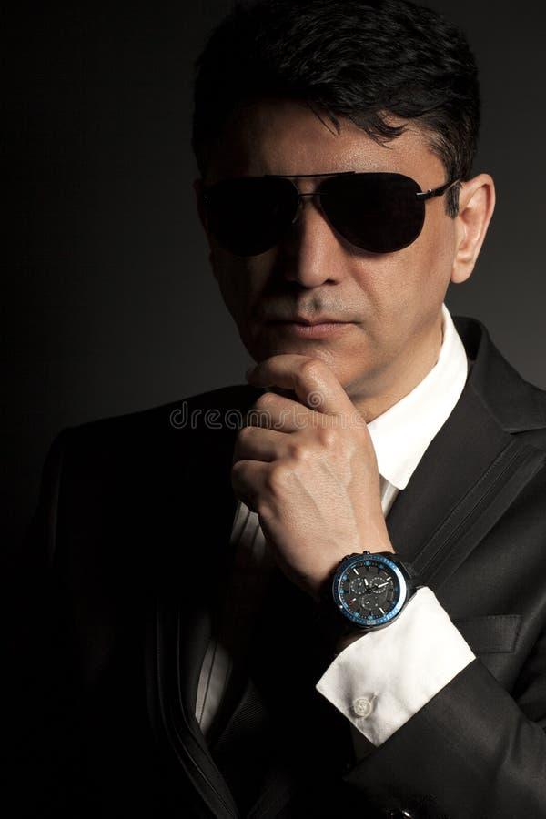 Biznesowy mężczyzna w kostiumu z okularami przeciwsłonecznymi obraz stock