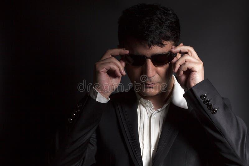 Biznesowy mężczyzna w kostiumu z okularami przeciwsłonecznymi zdjęcie royalty free