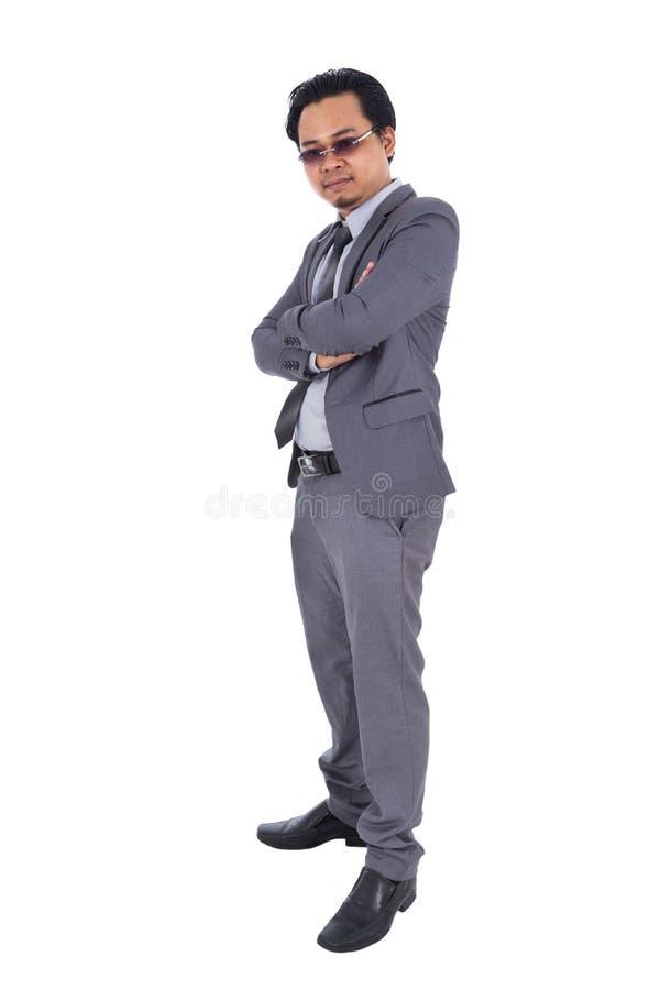 Biznesowy mężczyzna w kostiumu z rękami krzyżował odosobnionego na białym backgro obrazy royalty free